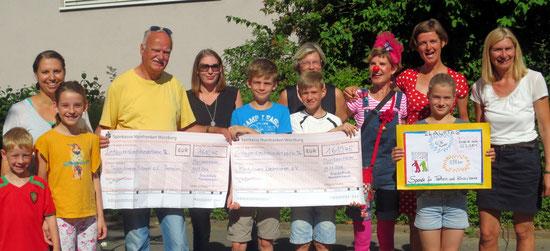 Von li.: Anja Müller (Elternbeirat), Paul Hanft 1. Klasse,  Liza Ates (Elternbeirat), Viola Hanft (Klasse 4b), 1. Vorsitzender des Tierschutzvereins Dr.  Menche, Richard Sittig (Klasse 4a), Beate Purucker-Zehner (Elternbeirat), Tizian Böh von Rostkron (Klasse 4a), Cownin Nudel, Maresa Störk (Klasse 4a), Simone Walther (Klinikclowns Lachtränen e.V.), Gabriele Krieglstein, Rektorin