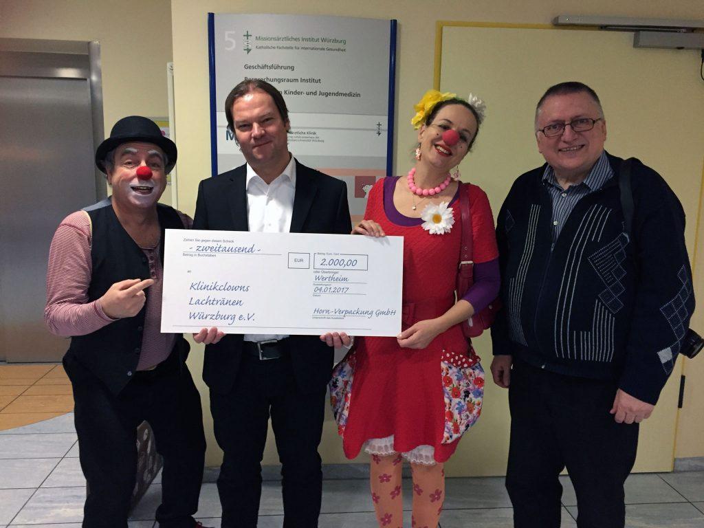 """Andreas Horn (Geschäftsführer) und Rainer Lange (Betriebsleiter) von """"Horn-Verpackungen"""" aus Wertheim haben die Würzburger KlinikClowns bei der Arbeit besucht."""