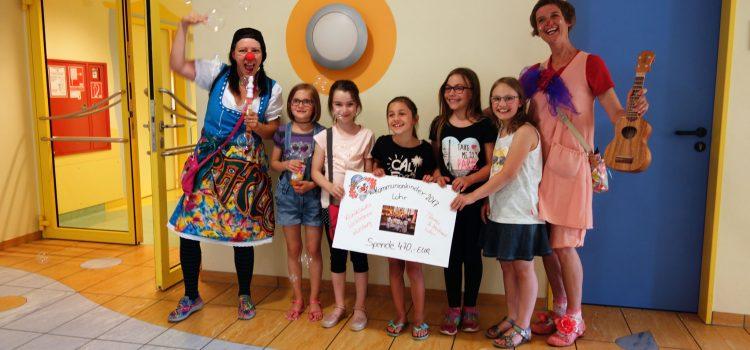 Spende der Kommunionkinder aus Lohr an die Klinikclowns Würzburg