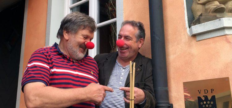 Guter Wein aus Escherndorf unterstützt die Würzburger KlinikClowns