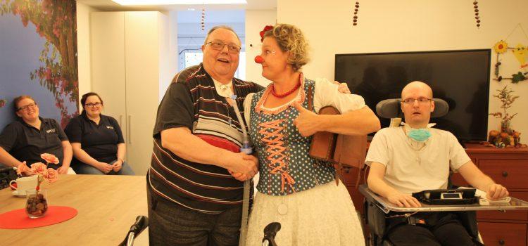 Klinikclownin tanzt Walzer mit dem WG-Kavalier