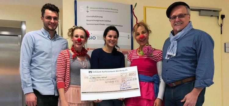 Burger King Franchisenehmer-Familie und VR-Bank – 2000,- EUR Spende geht an die Klinikclowns Würzburg
