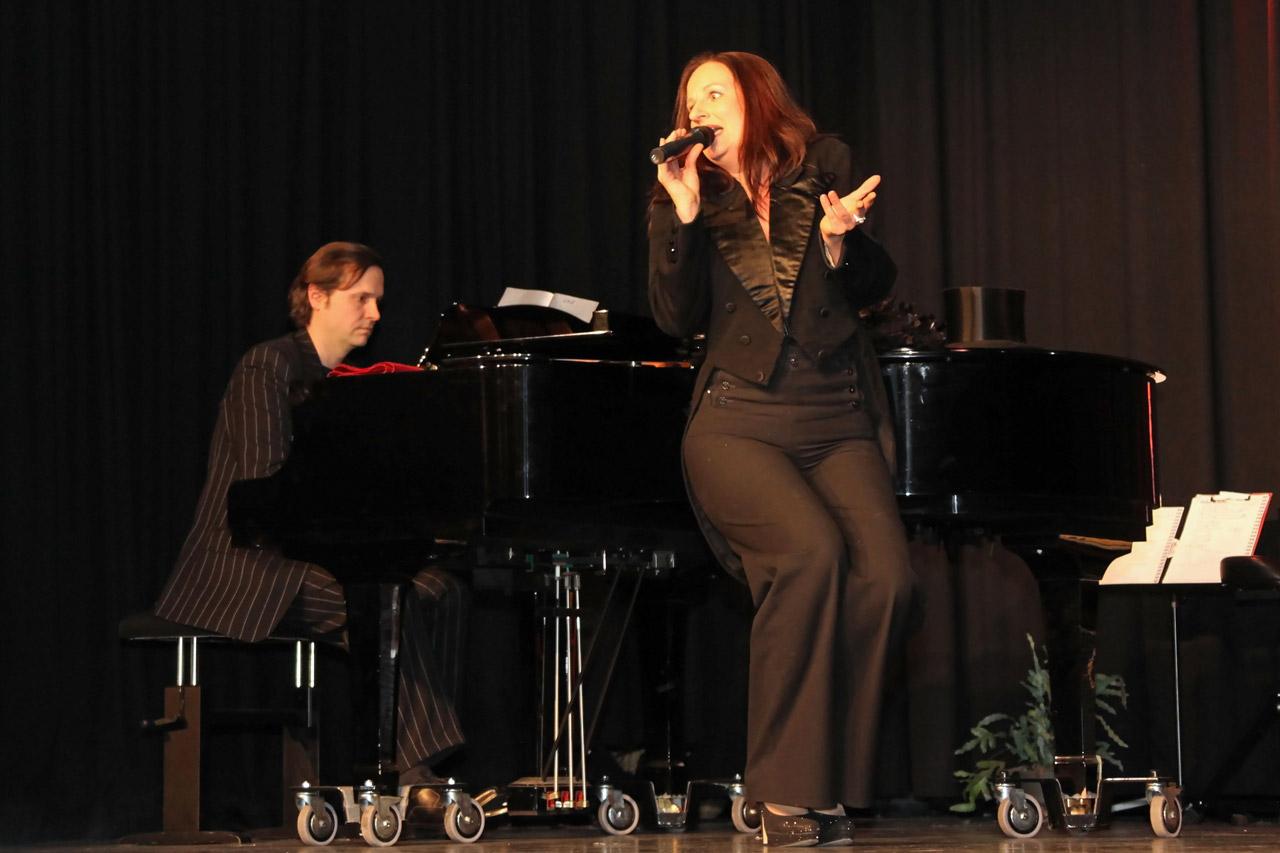 Silvia-Kirchhof-mit-Achim-Hofmann-am-Klavier-spielen-Lieder-aus-den-20er-Jahren